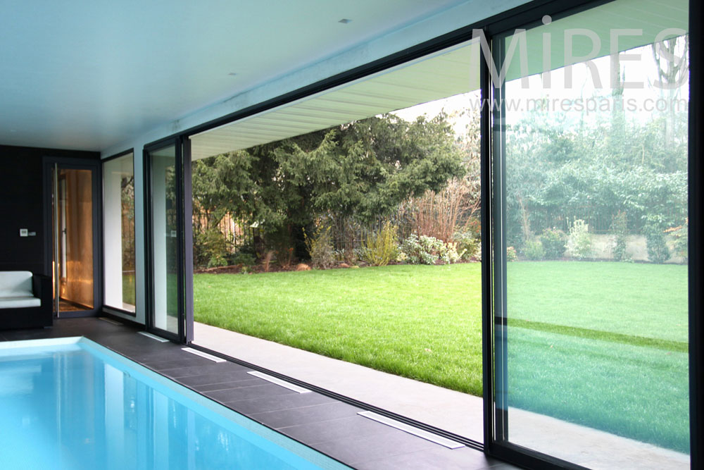 Piscine int rieure ouverte sur le jardin c0844 mires paris for Piscine 18eme paris