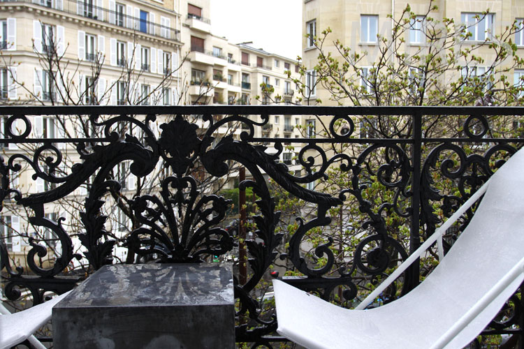 Un balcon en ville. C0858