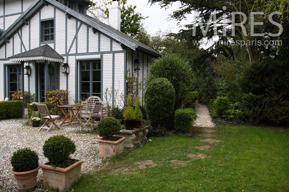Garden side cottage. C0861