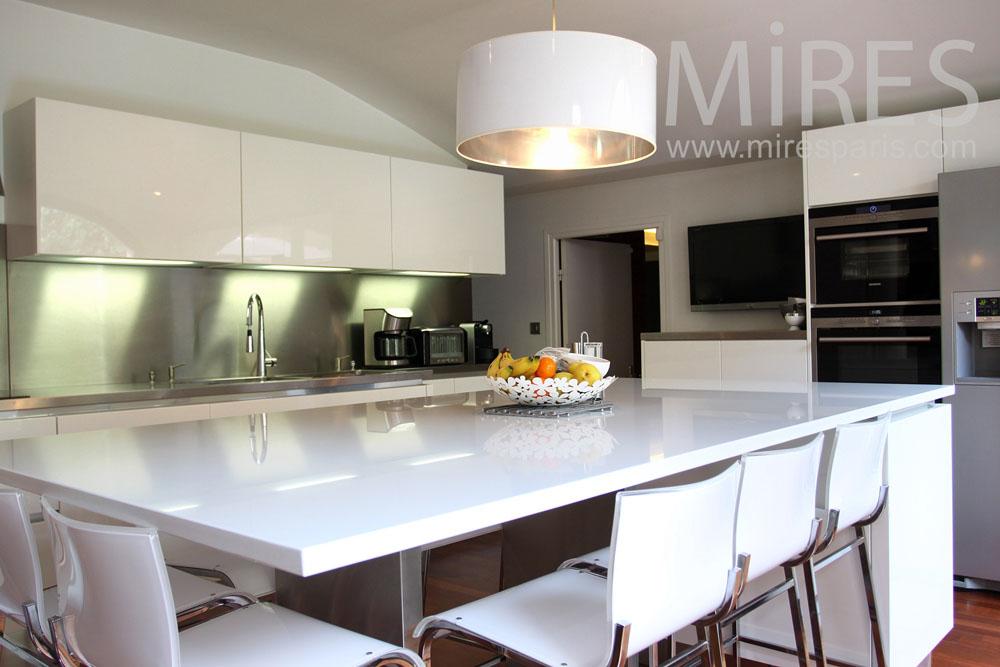 Une cuisine dans un écrin de blanc. C0149