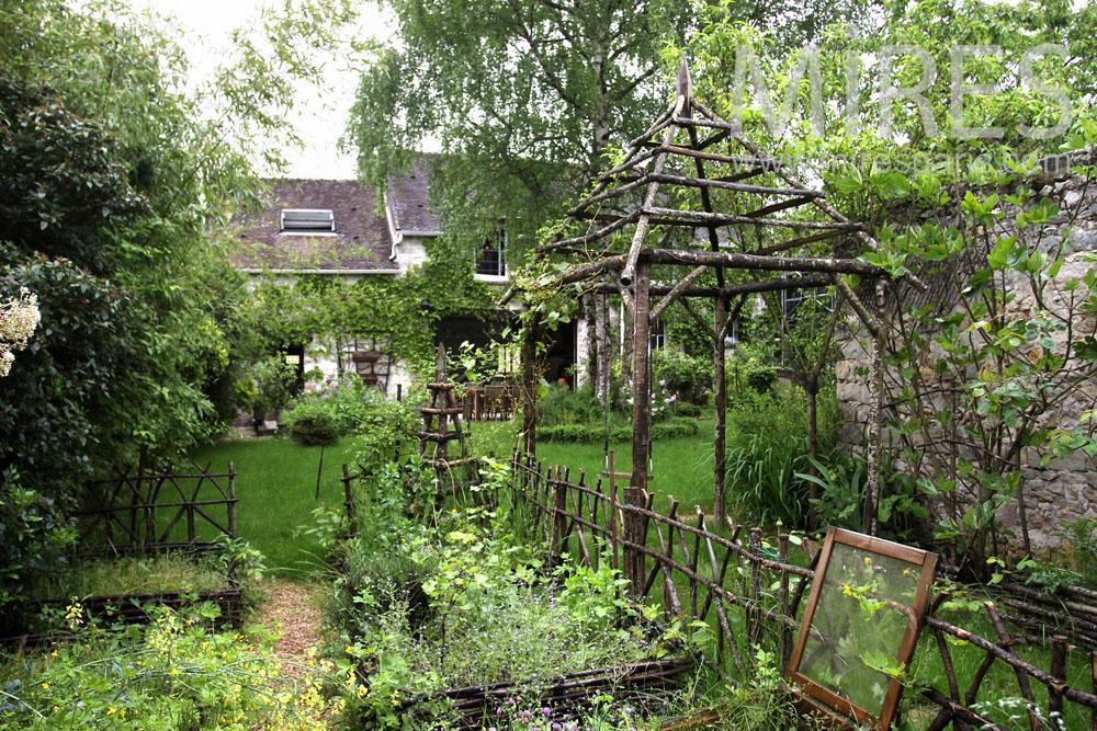 Chemin vers le potager et l abri de jardin c0877 mires for Vers de jardin