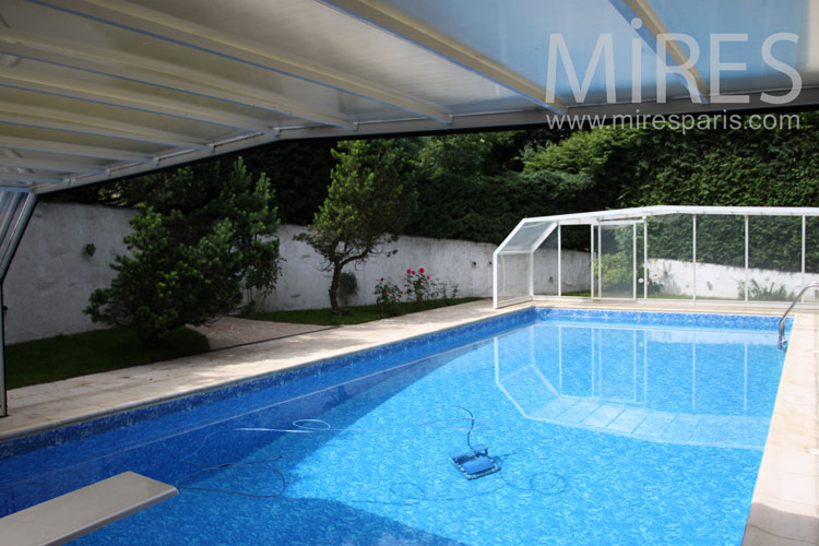 Piscine trop bleue avec pool house tropical c0892 mires for Piscine ile bleue seynod