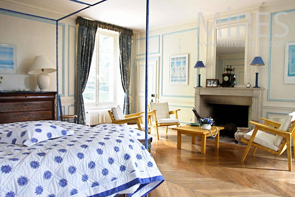 Chambre avec lit à baldaquin. C0896