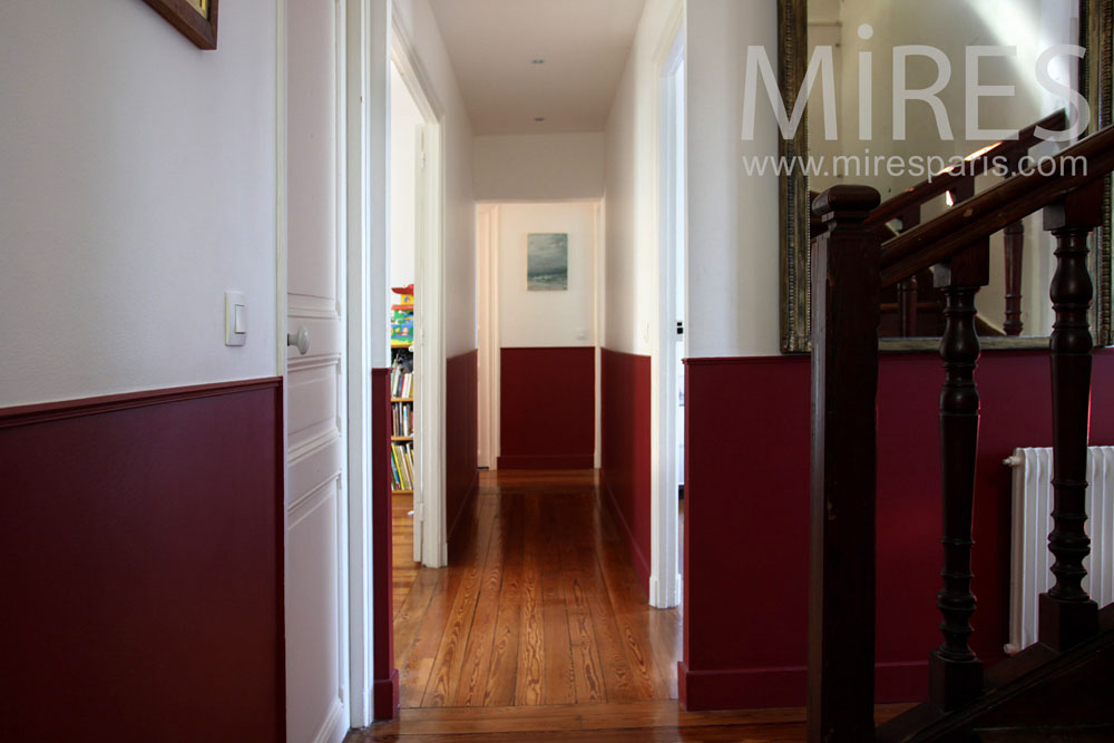 Escalier et couloir bicolore c0902 mires paris - Deco couloir noir et blanc ...