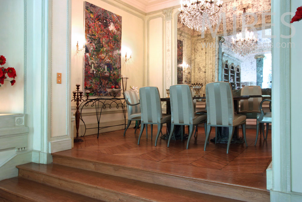 Upscale dining room. C0907