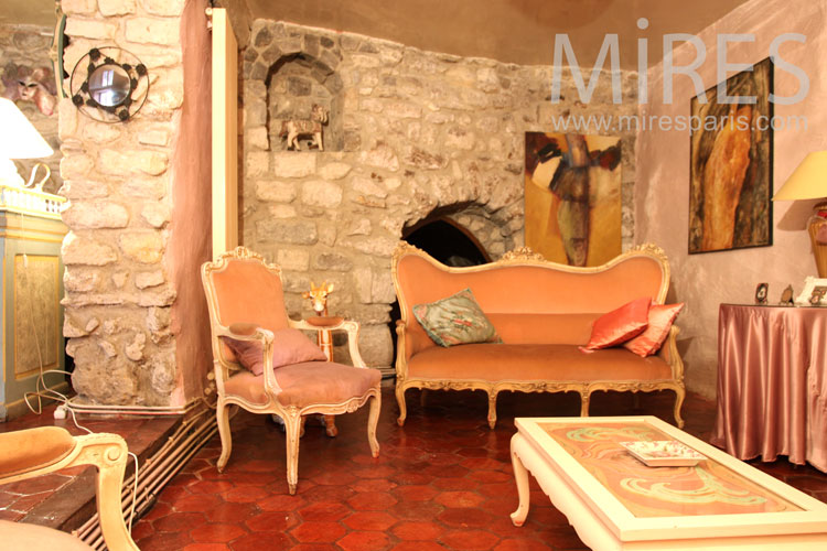 Salon, pierre, tomettes et velours. C0912