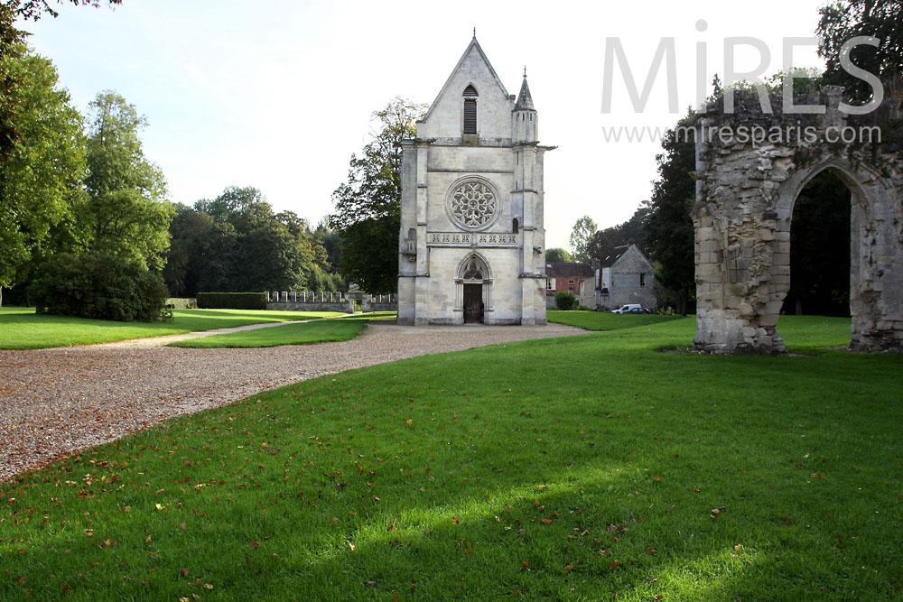 Chapelle devant la roseraie. C0380