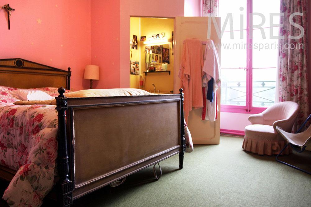 Chambre à coucher avec petit cabinet de toilette. C0926