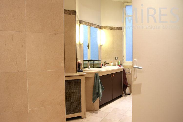 Small tiled bathroom. c0943