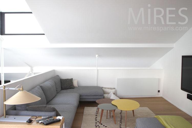 Coin télé sur mezzanine blanche. C0954 | Mires Paris