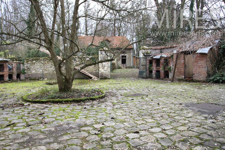 Cour pavée et clapiers de brique. C0985