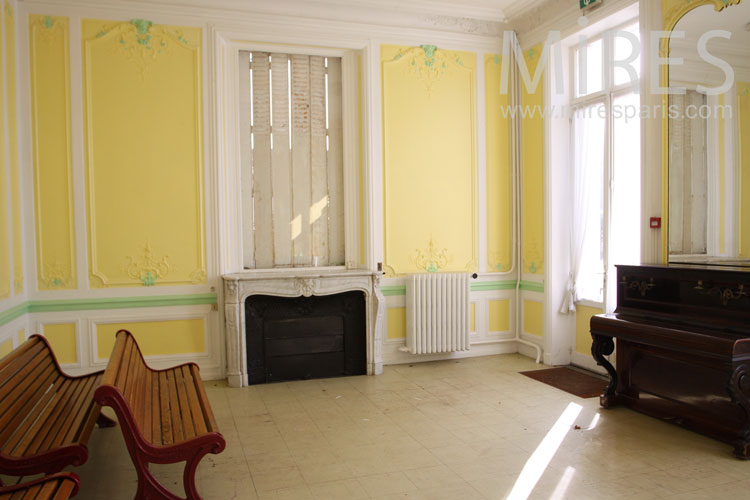 Large and yellow lounge. C0992