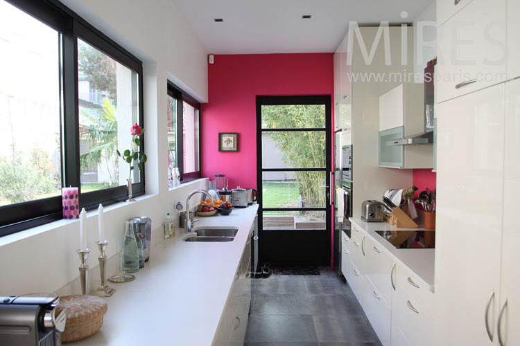 Bright and functional kitchen. c0994