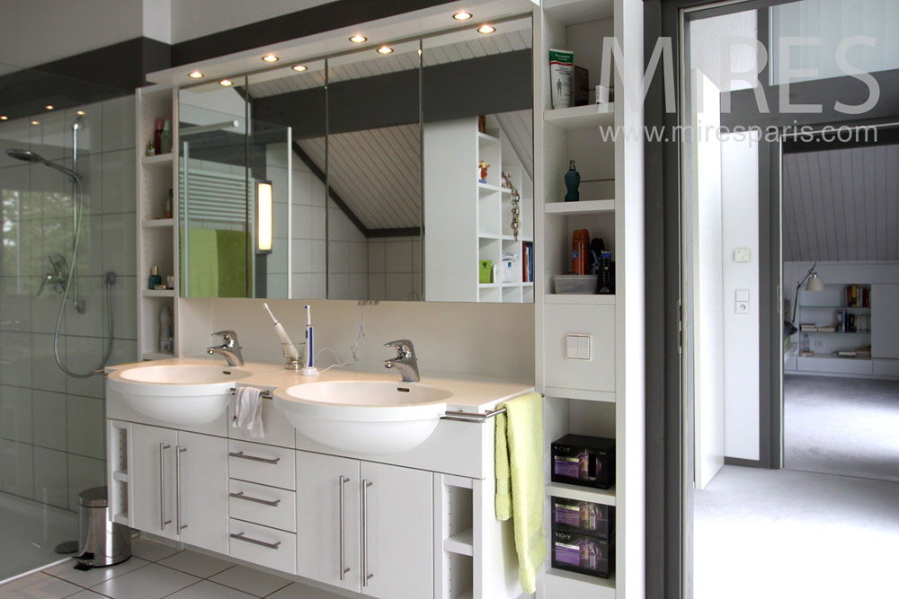 Continious dressing and bathroom. C1015