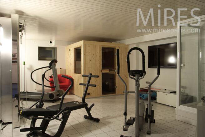 Salle de fitness au sous sol c1015 mires paris - Salle de sport design ...