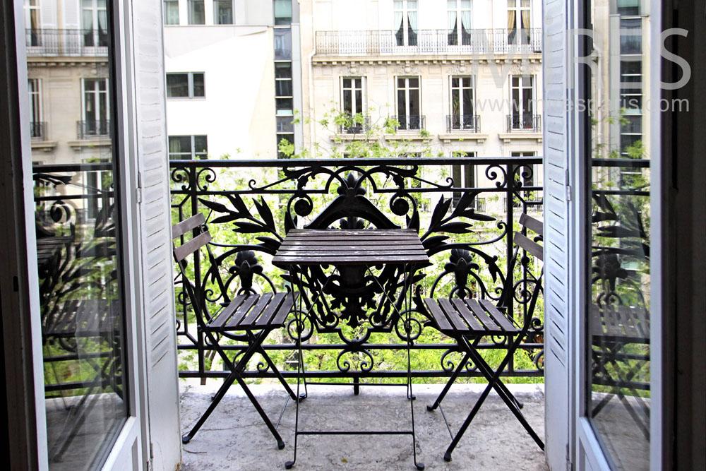 Balconet pour des petits déjeuner au soleil. C1022