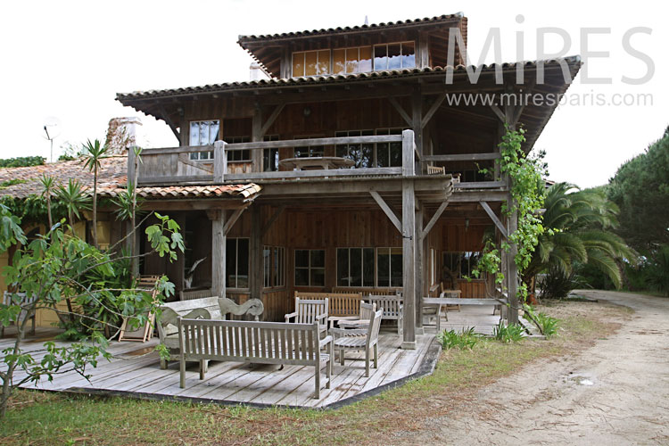 Beautiful wooden house near the beach. C1029