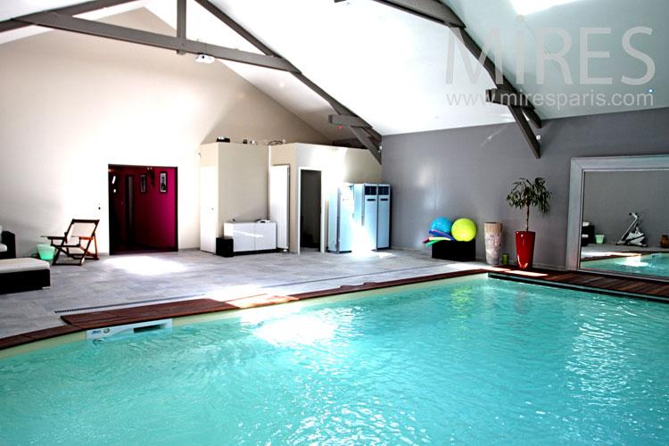 Piscine turquoise pour bains d'hiver. C1032