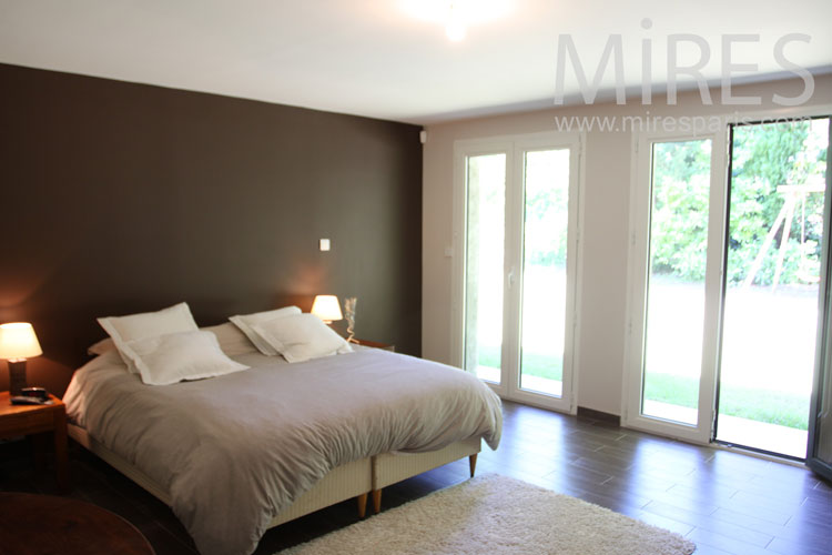 Large bedroom in ground garden with dressing. c1032