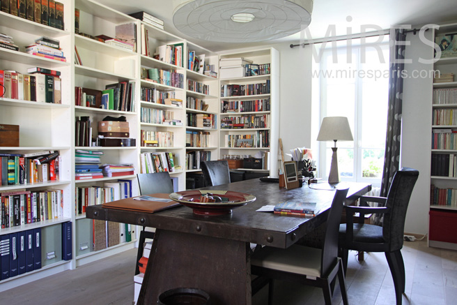 Bureau bibliothèque au rez-de-chausée. C1057