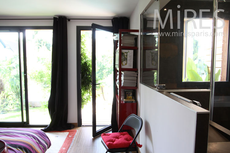 Belle maison de bois autour d une piscine c1060 mires paris for Belle piscine paris