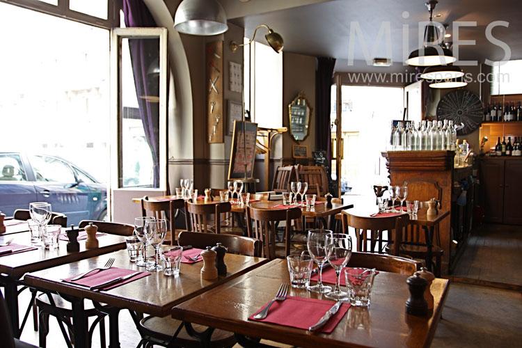 Restaurant parisien populaire. C1068