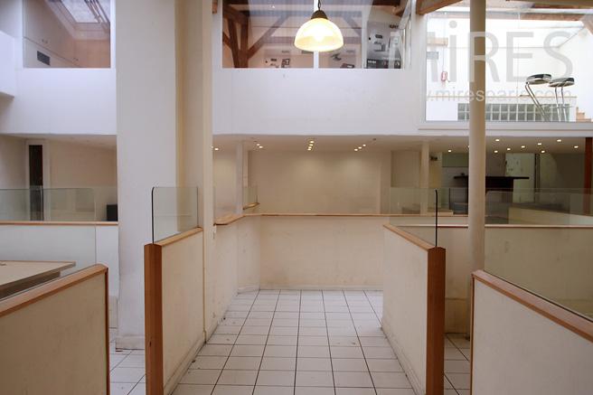 Bureaux open-space sur cour et sous les toits. C1076