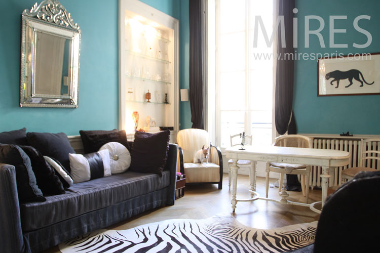 Salon vert et tapis de zèbre. C0099