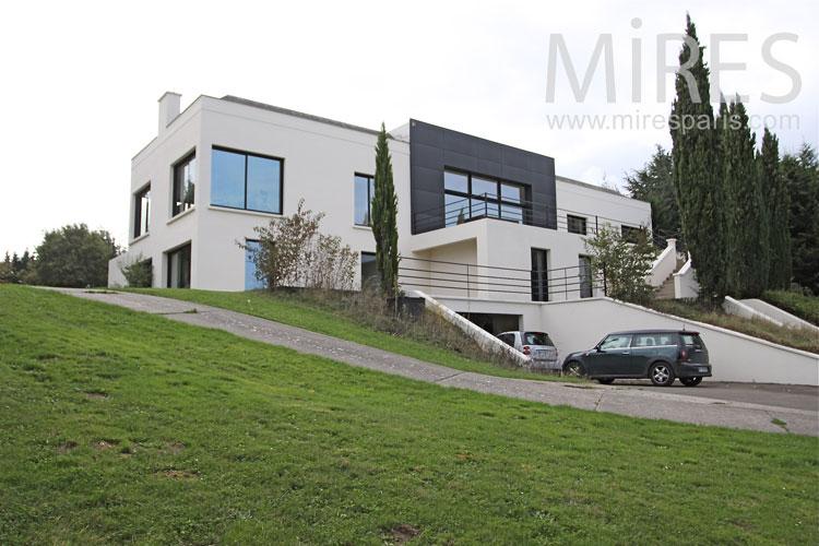 Grande maison moderne vue de la grande pice de vie - Youtube maison france 5 ...