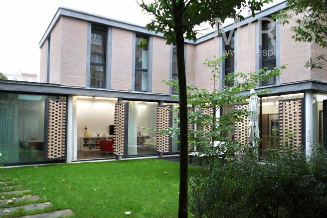 Petit loft sur jardin int rieur c1088 mires paris for Petit jardin interieur