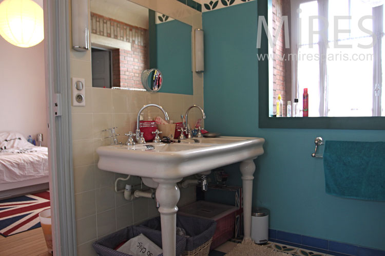 Green pine bathroom and pear pink bedroom. C1093