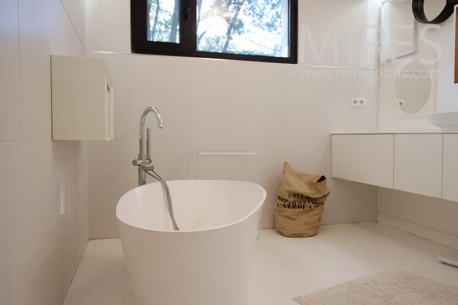 Contemporary bathroom. C1097