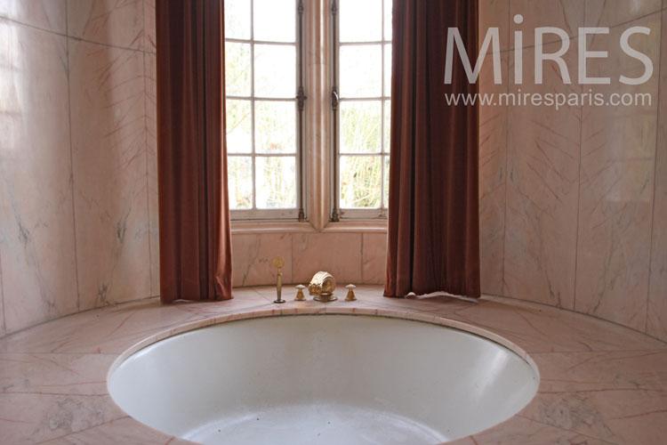 Baignoire ronde et marbre rose. C1100 | Mires Paris