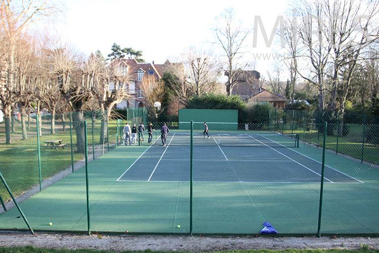 Tennis vert de banlieue. C1123