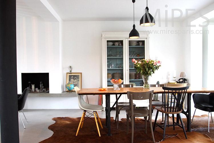Simple salle à manger familiale. C1127