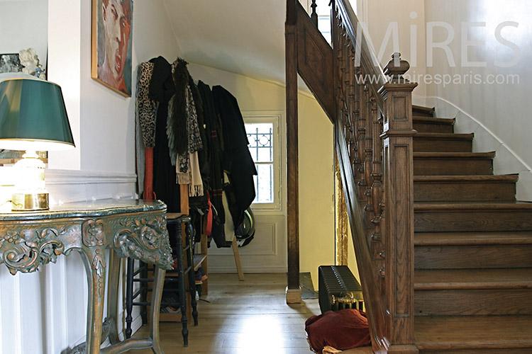 Entrée encombrée et escalier de bois. C1152