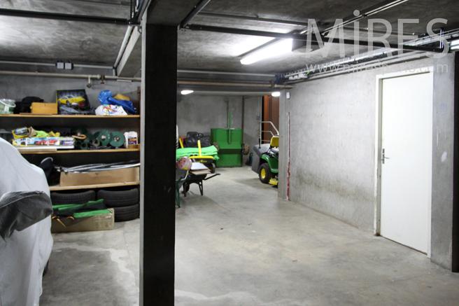 garage au sous sol c1157 mires paris. Black Bedroom Furniture Sets. Home Design Ideas