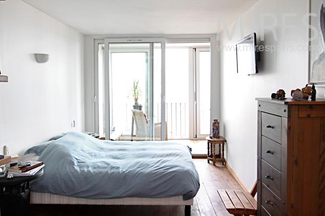 Chambre avec balcon et salle d'eau. C1177