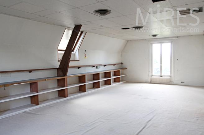 Large attic space. C1179