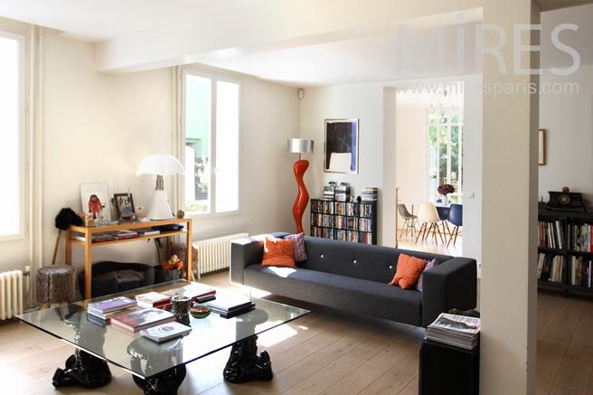 Un Salon Moderne Avec Cheminée. C1191