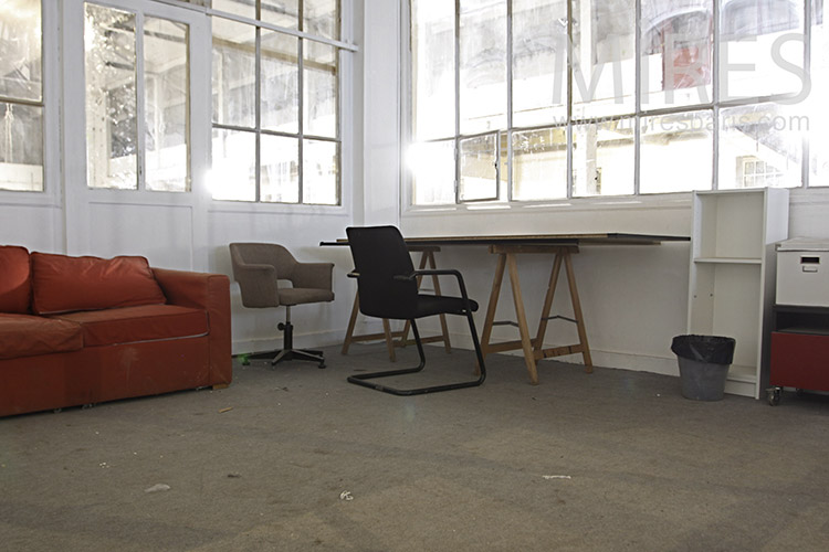 Bureau, verrière et sofa rouge. C1199