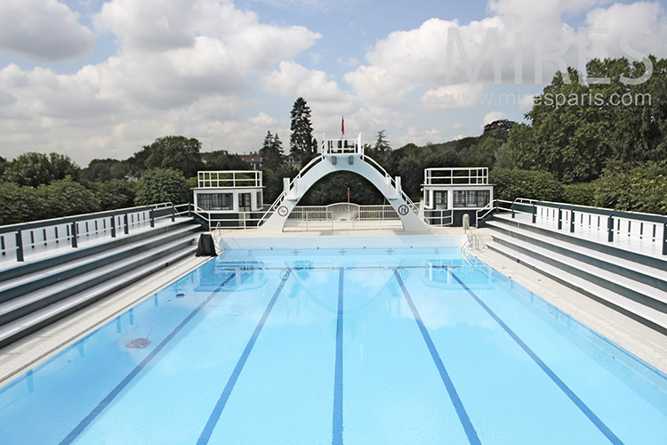 Belle piscine dans un parc. C1212