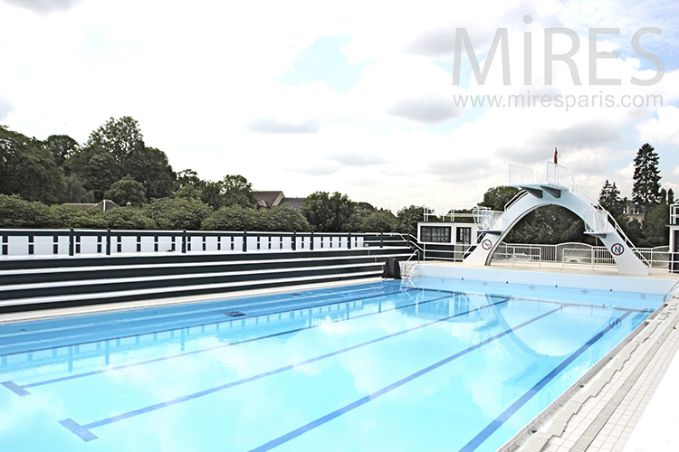 Belle piscine dans un parc c1212 mires paris for Belle piscine paris