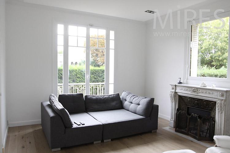 Sofa noir pour salon blanc. C1230