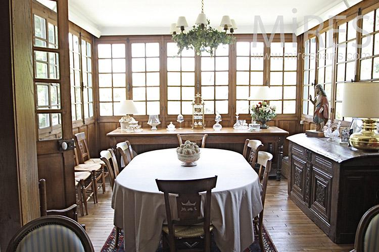 Bright dining room. C1231