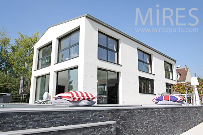 Une maison moderne et sportive. C1232