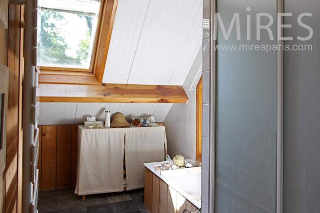 Petite salle de bains mansardée. C1233