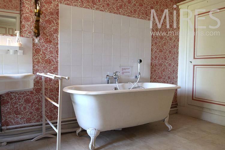 Vintage pink bathroom. C1249