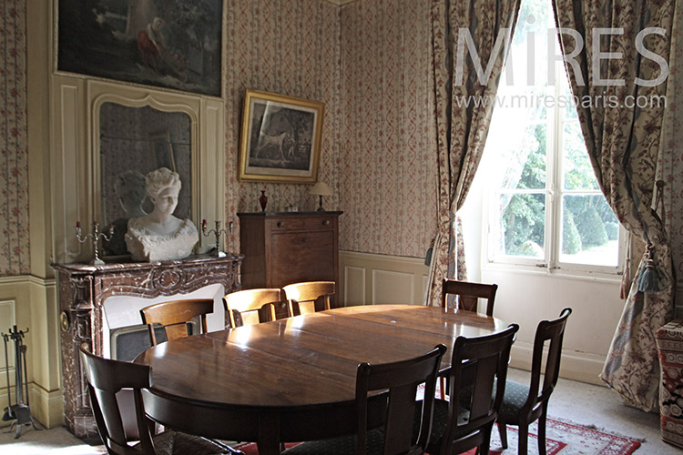 Dining at the bust. C1258