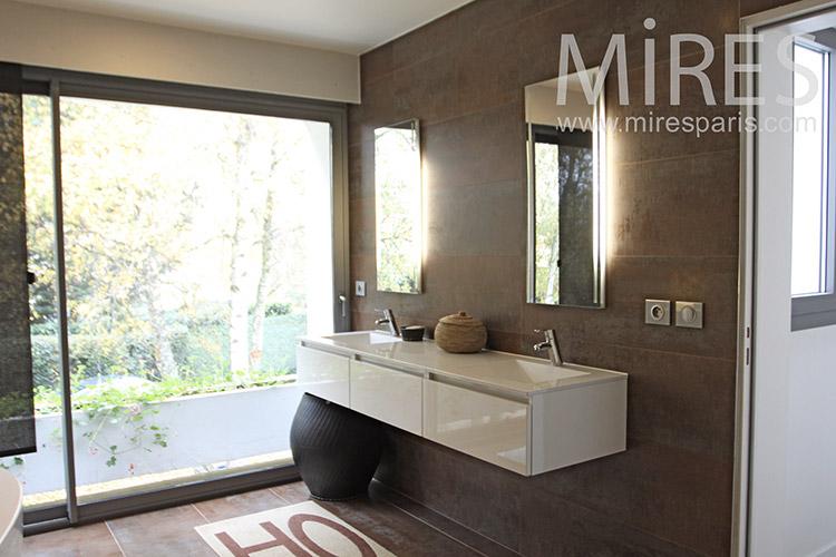 Salle de bain ouverte sur le jardin. C1266 | Mires Paris